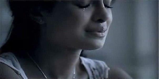 Фото девушка плачет у окна