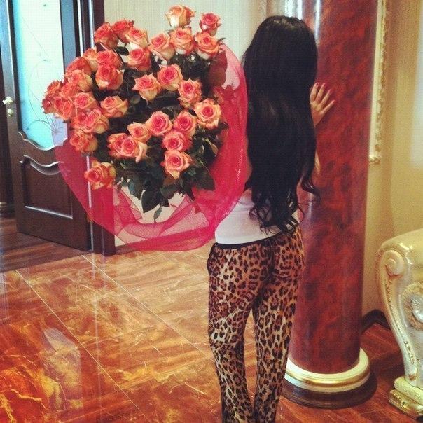 очень красивые девушки фото с розами сзади